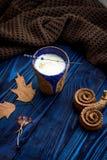 Ο σπιτικός καφές latte, ξεραίνει τα φύλλα και lavender Στοκ Φωτογραφίες