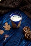Ο σπιτικός καφές latte, ξεραίνει τα φύλλα και lavender Στοκ Εικόνες