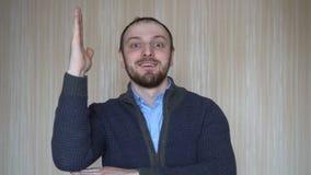 Ο σπουδαστής αυξάνει το χέρι του και θέλει να απαντήσει στην ερώτηση δασκάλων απόθεμα βίντεο