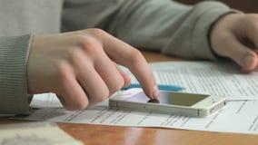 Ο σπουδαστής διαβάζει το κείμενο εγγράφων σε χαρτί Κινηματογράφηση σε πρώτο πλάνο απόθεμα βίντεο