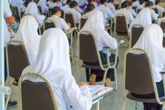 ο σπουδαστής κάθεται το πανεπιστήμιο τάξεων καρεκλών στην επαρχία για το δωμάτιο δοκιμής εκπαίδευσης και την έννοια βασικής εκπαί Στοκ εικόνα με δικαίωμα ελεύθερης χρήσης