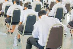 ο σπουδαστής κάθεται το πανεπιστήμιο τάξεων καρεκλών στην επαρχία για το δωμάτιο δοκιμής εκπαίδευσης και την έννοια βασικής εκπαί Στοκ Εικόνες