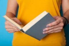 Ο σπουδαστής μαθαίνει το βιβλίο, νέο έξυπνο μυαλό Διαβάστε την έννοια βιβλίων στοκ εικόνες με δικαίωμα ελεύθερης χρήσης