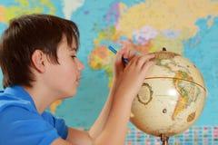 Ο σπουδαστής μελετά τη γεωγραφία στοκ φωτογραφία