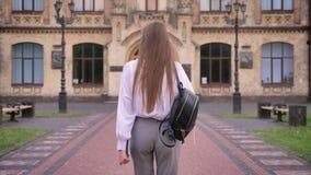 Ο σπουδαστής νέων κοριτσιών πηγαίνει στο πανεπιστήμιο το καλοκαίρι, μελετώντας την έννοια, πίσω άποψη φιλμ μικρού μήκους