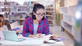 Ο σπουδαστής Nerd μαθαίνει και διάβασε τα βιβλία στη βιβλιοθήκη φιλμ μικρού μήκους