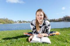 Ο σπουδαστής γελά μαθαίνοντας στη κάμερα Στοκ Εικόνες