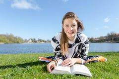 Ο σπουδαστής γελά μαθαίνοντας Στοκ φωτογραφία με δικαίωμα ελεύθερης χρήσης