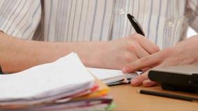 Ο σπουδαστής γράφει σε ένα σημειωματάριο απόθεμα βίντεο