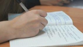 Ο σπουδαστής γράφει στο copybook στο μάθημα απόθεμα βίντεο