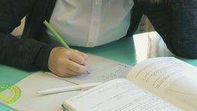 Ο σπουδαστής γράφει στο copybook της στο μάθημα απόθεμα βίντεο