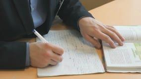 Ο σπουδαστής γράφει το κείμενο σε ένα copybook σε ένα μάθημα απόθεμα βίντεο