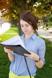 Ο σπουδαστής διαβάζει Στοκ Εικόνες
