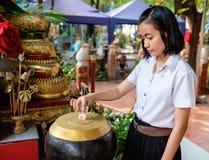 Ο σπουδαστής κοριτσιών δίνει τα χρήματα για το ναό Στοκ φωτογραφία με δικαίωμα ελεύθερης χρήσης