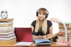Ο σπουδαστής με τα ακουστικά έτοιμα να περάσουν το πρόγραμμα διπλωμάτων εξέτασε το πλαίσιο Στοκ φωτογραφία με δικαίωμα ελεύθερης χρήσης