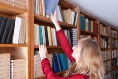 Ο σπουδαστής παίρνει ένα βιβλίο Στοκ εικόνες με δικαίωμα ελεύθερης χρήσης
