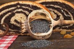 Ο σπόρος παπαρουνών κυλά το κέικ Στοκ Φωτογραφίες