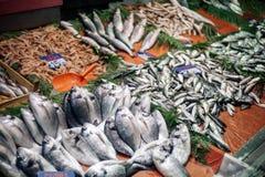 Ο στάβλος των φρέσκων ψαριών και των θαλασσινών στην τουρκική αγορά ψαριών είναι μέσα Στοκ εικόνες με δικαίωμα ελεύθερης χρήσης