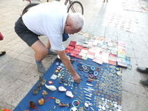 Ο στάβλος οδών, τα πωλώντας παλαιά βιβλία και τα αρχαία νομίσματα Οι άνθρωποι προσέχουν, και αγοράζουν Στοκ Εικόνα