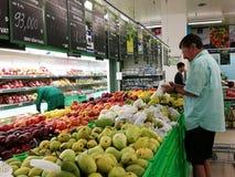 Ο στάβλος φρούτων και λαχανικών σε μετρητά μετρό & φέρνει την υπεραγορά Στοκ Εικόνα