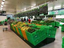 Ο στάβλος φρούτων και λαχανικών σε μετρητά μετρό & φέρνει την υπεραγορά Στοκ Φωτογραφίες