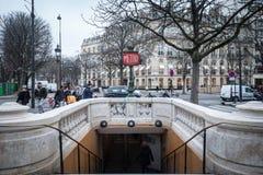 Ο σταθμός μετρό του Παρισιού στη λεωφόρο Champs Elysees με ένα χαρακτηριστικό παλαιό σημάδι χρονικών μετρό συνδύασε σε έναν λαμπτ Στοκ εικόνες με δικαίωμα ελεύθερης χρήσης