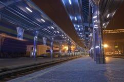 Ο σταθμός τρένου τη νύχτα Στοκ Εικόνα