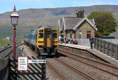 Ο σταθμός Ribblehead, εγκαθιστά τη γραμμή σιδηροδρόμων της Καρλάιλ στοκ φωτογραφία με δικαίωμα ελεύθερης χρήσης