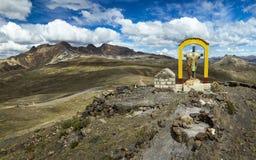 Ο σταυρός επάνω από Abra Oquepuño, το υψηλό των Άνδεων πέρασμα βουνών από Puno στην Αμαζονία, νότιο Περού Στοκ Εικόνες
