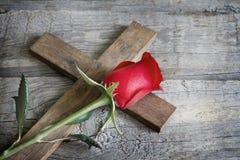 Ο σταυρός και αυξήθηκε αφηρημένη έννοια σημαδιών θρησκείας Στοκ Εικόνα
