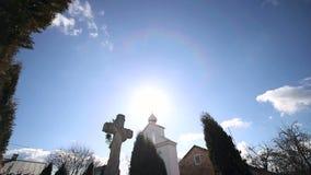 Ο σταυρός κοντά στον πύργο κουδουνιών Μεγάλο Tuy περιβάλλει το σταυρό και τα κύματα στον αέρα μια ηλιόλουστη ημέρα απόθεμα βίντεο
