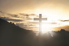 Ο σταυρός με λάμπει από το ηλιοβασίλεμα Στοκ Εικόνες