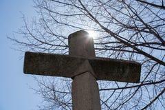 Ο σταυρός με τον ήλιο πίσω στοκ εικόνες με δικαίωμα ελεύθερης χρήσης