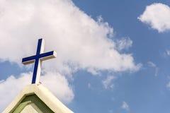 Ο σταυρός στο μέτωπο μιας εκκλησίας στοκ φωτογραφία με δικαίωμα ελεύθερης χρήσης