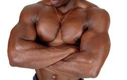 Ο στενός επάνω ιδρωμένος κορμός ενός μαύρου bodybuilder στοκ εικόνες