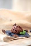 ο στενός πάγος κρέμας σοκολάτας ανασκόπησης απομόνωσε επάνω το λευκό Στοκ φωτογραφία με δικαίωμα ελεύθερης χρήσης