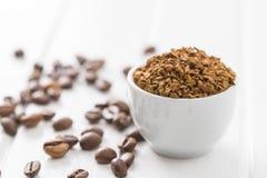 Ο στιγμιαίος καφές και τα φασόλια καφέ στοκ φωτογραφίες με δικαίωμα ελεύθερης χρήσης