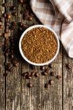 Ο στιγμιαίος καφές και τα φασόλια καφέ στοκ φωτογραφία με δικαίωμα ελεύθερης χρήσης