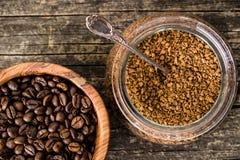 Ο στιγμιαίος καφές και τα φασόλια καφέ στοκ εικόνα με δικαίωμα ελεύθερης χρήσης