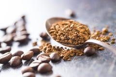 Ο στιγμιαίος καφές και τα φασόλια καφέ στοκ εικόνες με δικαίωμα ελεύθερης χρήσης