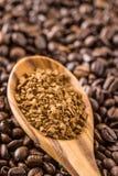 Ο στιγμιαίος καφές και τα φασόλια καφέ στοκ εικόνα