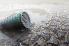 Ο στιγμιαίος καφές συσκευασμένος στους κασσίτερους τοποθετείται στο νερό και έχει ένα ro στοκ φωτογραφία με δικαίωμα ελεύθερης χρήσης