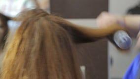 Ο στιλίστας κάνει τον επαγγελματικό προσδιορισμό για τα κορίτσια φιλμ μικρού μήκους