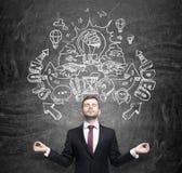 Ο στοχαστικός επιχειρηματίας ονειρεύεται για μια εφεύρεση των νέων επιχειρησιακών ιδεών για τη ανάπτυξη επιχείρησης Επιχειρηματικ Στοκ Φωτογραφίες