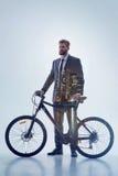 Ο στοχαστικός επιχειρηματίας προτιμά πηγαίνει να εργαστεί με το ποδήλατο Στοκ Εικόνα