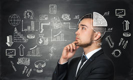 Ο στοχαστικός επιχειρηματίας ψάχνει την καλύτερη λύση για τη διαδικασία ανάπτυξης επιχείρησης στοκ εικόνες
