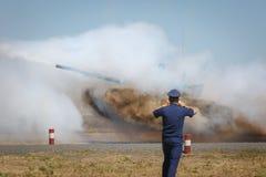 Ο στρατιωτικός αξιωματούχος φωτογραφίζει τη δεξαμενή που βλαστοί με το άλμα πέρα από τα εμπόδια στοκ φωτογραφία με δικαίωμα ελεύθερης χρήσης