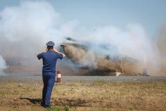 Ο στρατιωτικός αξιωματούχος φωτογραφίζει τη δεξαμενή που βλαστοί με το άλμα πέρα από τα εμπόδια στοκ εικόνα