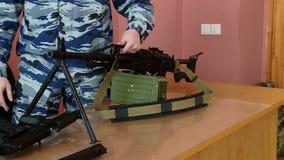 Ο στρατιωτικός εκπαιδευτικός παρουσιάζει τα όπλα και εκρηκτικές ύλες φιλμ μικρού μήκους