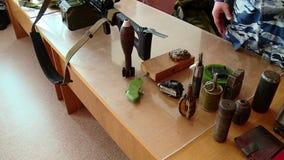 Ο στρατιωτικός εκπαιδευτικός παρουσιάζει τα όπλα και εκρηκτικές ύλες απόθεμα βίντεο